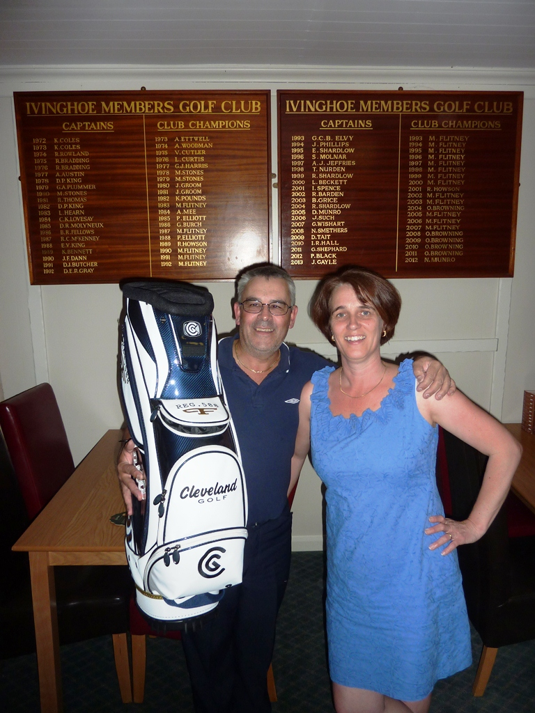 Elizabeth Culley presenting Paulo Lanca with his prize as winner of the 2013 Ivinghoe Open